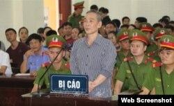 Nhà hoạt động Lê Đình Lượng tại phiên tòa ở Nghệ An ngày 16/8/2018. Photo: Báo Nghệ An