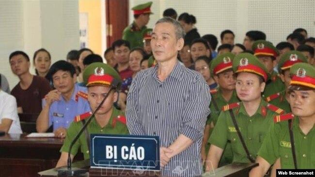 Nhà hoạt động Lê Đình Lượng bị tuyên án 20 năm tù tại phiên tòa ở Nghệ An ngày 16/8/2018. Photo: Báo Nghệ An