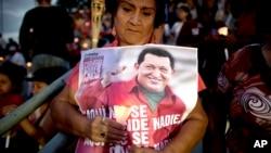 Một phụ nữ tham gia buổi đốt nến cầu nguyện cho Tổng thống Chavez ở Caracas, Venezuela