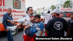 Seorang warga Palestina yang terluka digendong usai mengikuti aksi protes di perbatasan Israel-Gaza di timur Kota Gaza, 21 Agustus 2021. (Foto: REUTERS/Mohammed Salem)
