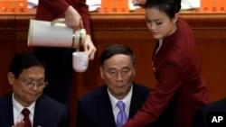 中共十八大上,王岐山副总理(中)在主席台上,王岐山后来成为中纪委书记(2012年11月8日)