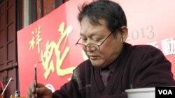 台湾书法教学研究学会理事长曾安腾 (美国之音申华拍摄)