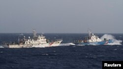 Tàu cảnh sát biển Việt Nam (phải) và tàu hải cảnh Trung Quốc trên Biển Đông vào thời điểm Trung Quốc đưa giàn khoan HD-981 đến vùng biển Việt Nam tuyên bố chủ quyền vào năm 2014.