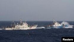 Tàu cảnh sát biển Việt Nam (phải) và tàu hải cảnh Trung Quốc đối mặt nhau trên Biển Đông trong vụ đụng độ năm 2014 khi Bắc Kinh đưa giàn khoan Hải Dương 981 vào khu vực mà Việt Nam tuyên bố chủ quyền ở Hoàng Sa.