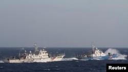 Tàu cảnh sát biển Việt Nam đối đầu tàu hải giám Trung Quốc trên Biển Đông trong cuộc khủng hoảng giàn khoan hồi năm 2014