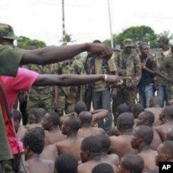 Des soldats loyaux à Ouattara et des personnes arrêtées à Abidjan ( 6 avril 2011)