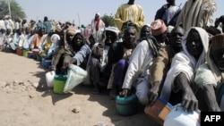Warga yang mengungsi dari konflik antri pembagian makanan di kamp pengunsgi Dikwa, negara bagian Borno, Nigeria Timur Laut (foto: dok).