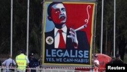 Activistas que defienden el consumo de marihuana utilizaron este cartel para pedir al presidente Obama la legalización de la droga.