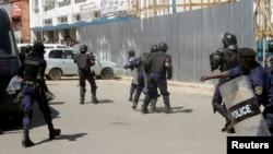 La police antiémeute disperse des manifestants à Lubumbashi, la capitale de la province du Katanga, 13 mai 2016