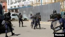 La police disperce des manifestants à Lubumbashi, ex-province du Katanga, 13 mai 2016.