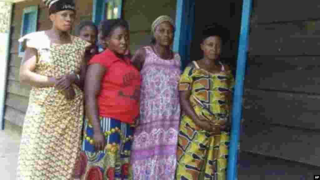Femmes violées de Kibuwa devant la chambre d'écoute.