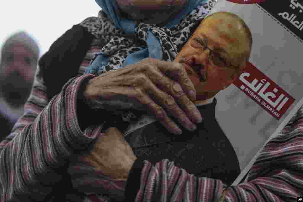 Una manifestante sostiene una foto de Khashoggi durante un funeral en ausencia llevado a cabo en noviembre del 2018, como uno de los múltiples actos de protesta.