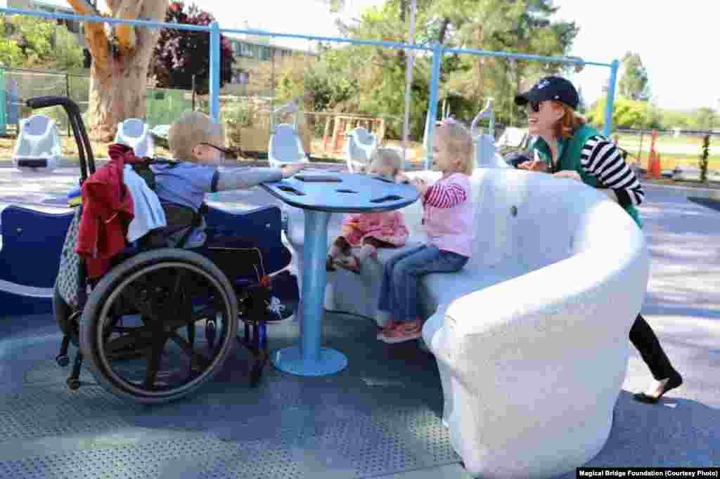 Весь майданчик побудований так, щоб діти і дорослі мали безліч можливостей для спілкування та спільної гри