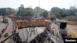 مردم با رنگهای زرد و سرخ پرچم کاتالونیا، یک حرف «وی» انگلیسی تشکیل دادهاند که حرف اول رأی است - بارسلون، بیستم شهریور