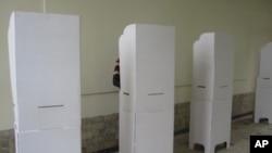 Isoloirs utilisés à Kinshasa le jour du scrutin (28 novembre 2011)