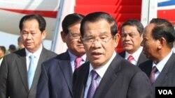 រូបឯកសារ៖ លោកនាយករដ្ឋមន្រ្តី ហ៊ុន សែន ត្រឡប់មកពីចូលរួមវេទិកាក្រវាត់ផ្លូវពាណិជ្ជកម្មចិន ជាលើកទី២នៅទីក្រុងប៉េកាំង ប្រទេសចិន នាថ្ងៃទី២៩ ខែមេសា ឆ្នាំ២០១៩។ (ហ៊ុល រស្មី/VOA Khmer)