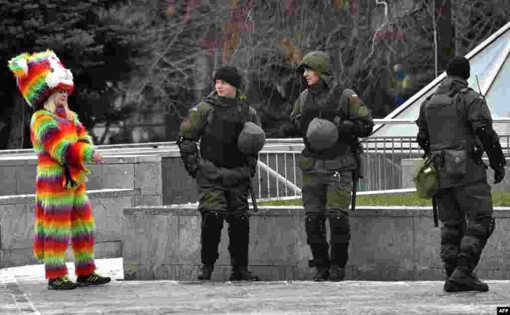 Ultra-sağçı fəalların törətdikləri zorakılıqların ardınca Ukrayna Milli Qvardiyasının üzvləri Müstəqillik Meydanında patrul çəkir.