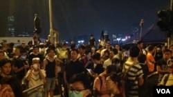 示威者周二晚占据金钟龙和道