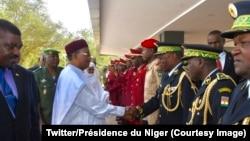 Le président nigérien Mahamadou Issoufou salue les hauts officiers de l'armée lors d'une cérémonie des veaux de Nouvel an à Niamey, Niger, 4 janvier 2018. (Twitter/Présidence du Niger)