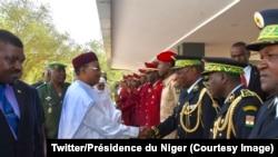 Les responsables des Forces de Défense et de Sécurité du Niger présentent leurs vœux de nouvel an au président Mahamadou Issoufou à Niamey, 4 janvier 2018.