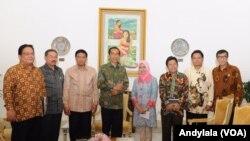 Presiden Jokowi bersama Komisioner Kompolnas Adrianus Meliala (batik coklat paling kiri) dan Ketua Kompolnas Tedjo Edhy Purdijatno yang juga Menkopolhukam (samping kiri Presiden Jokowi), Menkumham Yasonna H. Laoly (paling kanan), dan komisioner Kompolnas lainnya di Istana Merdeka, Jakarta, 29 Januari 2015. . (Foto: VOA/Andylala)
