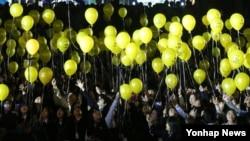 10일 경기도 안산시 단원구 문화의 광장에서 안산지역 학생들이 개최한 세월호 참사 1주기 추모제에 참가한 학생들이 '희망을 노래합니다'라는 글씨가 적힌 풍선을 하늘로 날려보내고 있다.