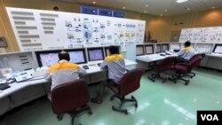 Para insinyur Iran bekerja di ruang kontrol fasilitas nuklir Iran. Pemerintah AS memperketat sanksi bagi mereka yang terkait dalam membantu pengembangan nuklir Iran.