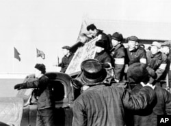 """1967年1月8日,北京红卫兵和造反派揪斗""""反革命分子"""",游街示众"""