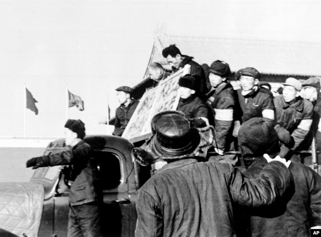 """在文革中,1967年1月8日,北京红卫兵和造反派揪斗""""反革命分子"""",游街示众"""