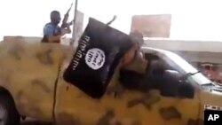 Imágen tomada de un video colgado en las redes sociales de militantes del EIIL.