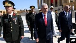 Премьер-министр Турции Бинали Йылдырым с командованием армии, флота и военно-воздушных сил