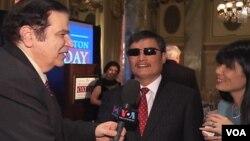 Chen Guangcheng es entrevistado por G. Bistis, de la Voz de América. Un sobrino del disidente chino está siendo enjuiciado, probablemente como represalia por la huida de su tío.