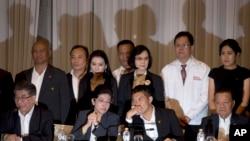 Pheu Thai ပါတီနဲ႔ Future Forward ပါတီတို႔ ညႊန္႔ေပါင္းဖြဲ႔ေရး လက္မွတ္ထိုး။