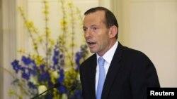 Perdana Menteri Australia yang baru Tony Abbott memperkenalkan para menterinya pada upacara pelantikannya di Canberra (18/9). (Reuters/Andrew Taylor)