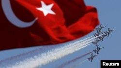 Aviones turcos derribaron una aeronave de nacionalidad no identificada, cerca de la frontera con Siria.