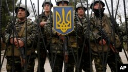 乌克兰士兵守卫在步兵基地大门