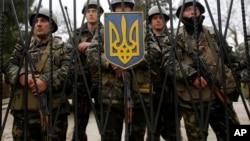 烏克蘭士兵守衛在步兵基地大門