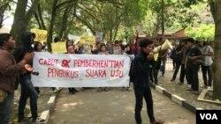 Puluhan mahasiswa saat melakukan orasi mengecam kebijakan rektorat Universitas Sumatera Utara (USU) yang memecat seluruh pengurus SUARA USU, Kamis (28/3). (VOA/Anugrah Andriansyah)