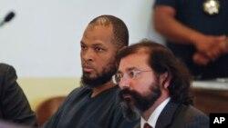 Siraj Ibn Wahhaj, à gauche, lors d'une première comparution devant le tribunal du district de Taos, au Nouveau-Mexique, le 8 août 2018.