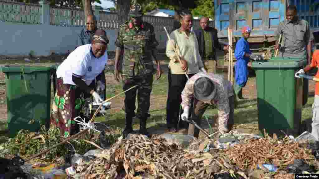 Shugaban Kasar Tanzania John Magufuli ya jagoranci wani aikin tsabtacen kasar a bikin tunawa da ranar samun 'yancin kai karo na 54 T