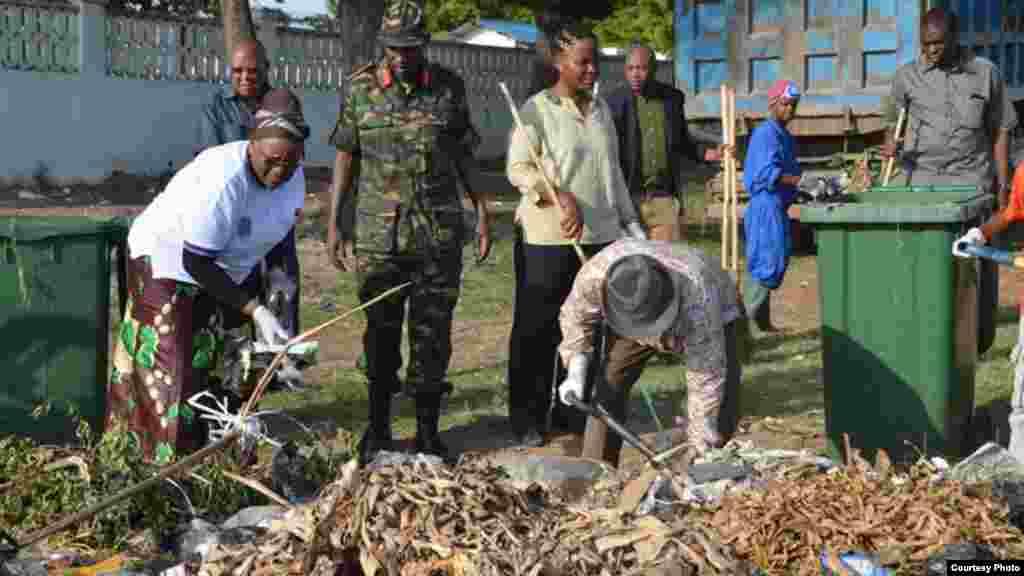 O novo presidente da Tanzânia, John Magufuli, liderou na Quarta-feira as comemorações do 54º aniversário da independência do Tangnyika com um programa de limpeza à escala nacional.