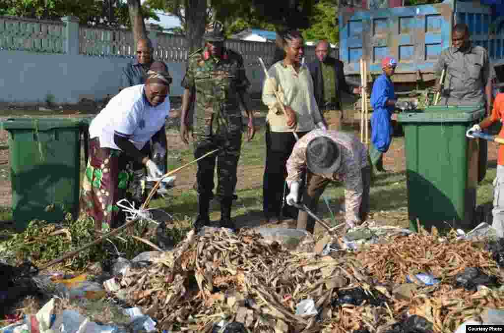 Le nouveau président tanzanien John Magufuli ramasse des ordures, donnant le ton aux travaux de nettoyage à l'échelle nationale auxquels les Tanzaniens ont été conviés pour le 54e anniversaire de l'indépendance du Tanganyika.