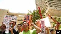 香港多個團體到解放軍駐港部隊前示威