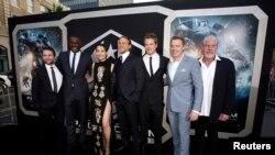 Para aktor pendukung film 'Pacifi Rim' dari kiri: Charlie Day, Idris Elba, Rinko Kikuchi, Charlie Hunnam, Robert Kazinsky, Diego Klattenhoff dan Ron Perlman berpose pada saat premiere di Dolby theatre, Hollywood, California (9/7)