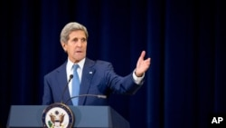 克里国务卿在华盛顿美国国务院发布2015年度世界人口贩卖报告并举行记者会。(2015年7月27日)