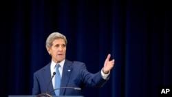 លោករដ្ឋមន្ត្រីការបរទសស.រ.អា John Kerry (ខាងលើ) និងលោករដ្ឋមន្ត្រីក្រសួងថាមពល Ernest Moniz បន្តជំរុញឲ្យសភាអាមេរិកគាំទ្រកិច្ចព្រមព្រៀងបរមាណូជាមួយអ៊ីរ៉ង់។