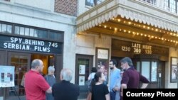 Publika ispred bioskopa Avalon na Desetom festivalu srpskog dokumentarnog filma. (Foto: Krug Orfelin)