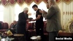 اهدا جایزه «تلاشگر حقوق بشر» کانون مدافعان حقوق بشر به خانواده محمد نجفی وکیل زندانی در ایران