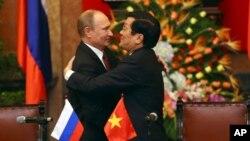 Tổng thống Nga Vladimir Putin và Chủ tịch nước Việt Nam Trương Tấn Sang ôm hôn nhau thắm thiết tại Hà Nội (ảnh tư liệu ngày 12/11/2013).