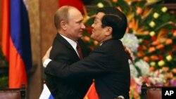 Tổng thống Nga Vladimir Putin trong một cuộc gặp với Chủ tịch Trương Tấn Sang nhân chuyến thăm Việt Nam năm 2013.